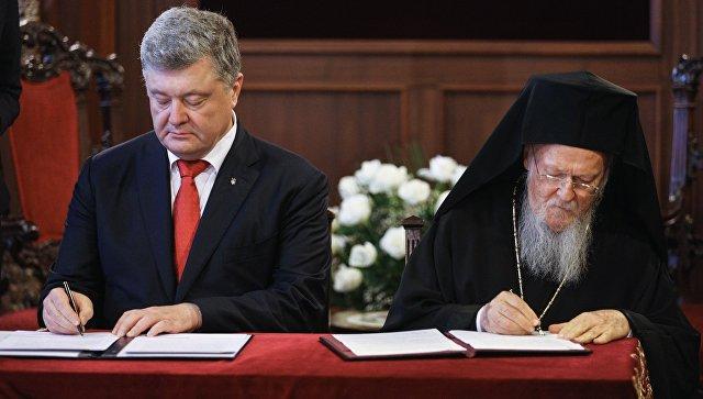 Президент Украины Петр Порошенко и Константинопольский патриарх Варфоломей подписывают соглашение о сотрудничестве и взаимодействии между Украиной и Вселенским патриархатом в резиденции патриарха в Стамбуле. 3 ноября 2018