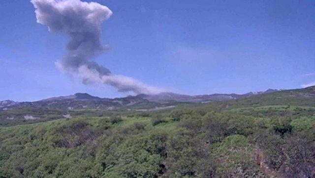 На Курилах вулкан Эбеко выбросил пепел высотой до 4,5 километра