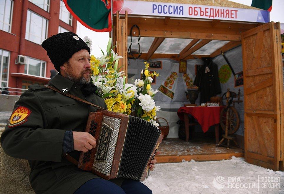 Фестиваль национальных культур на площади Ленина в Новосибирске.