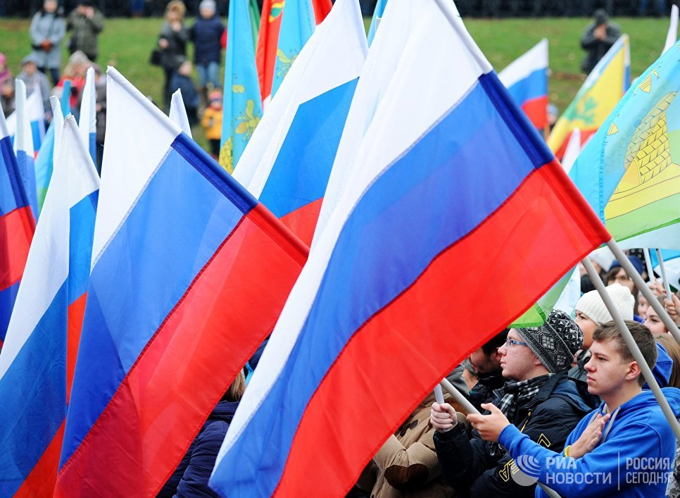 Участники митинга-концерта, посвященного Дню народного единства на площади музыки в Тамбове