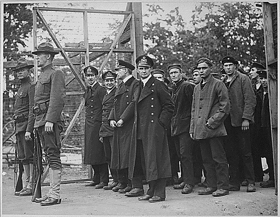 Захваченные в плен офицеры и матросы немецкой подводной лодки входят в ворота тюрьмы для военнопленных в штате Джорджия, США. Первая мировая война.