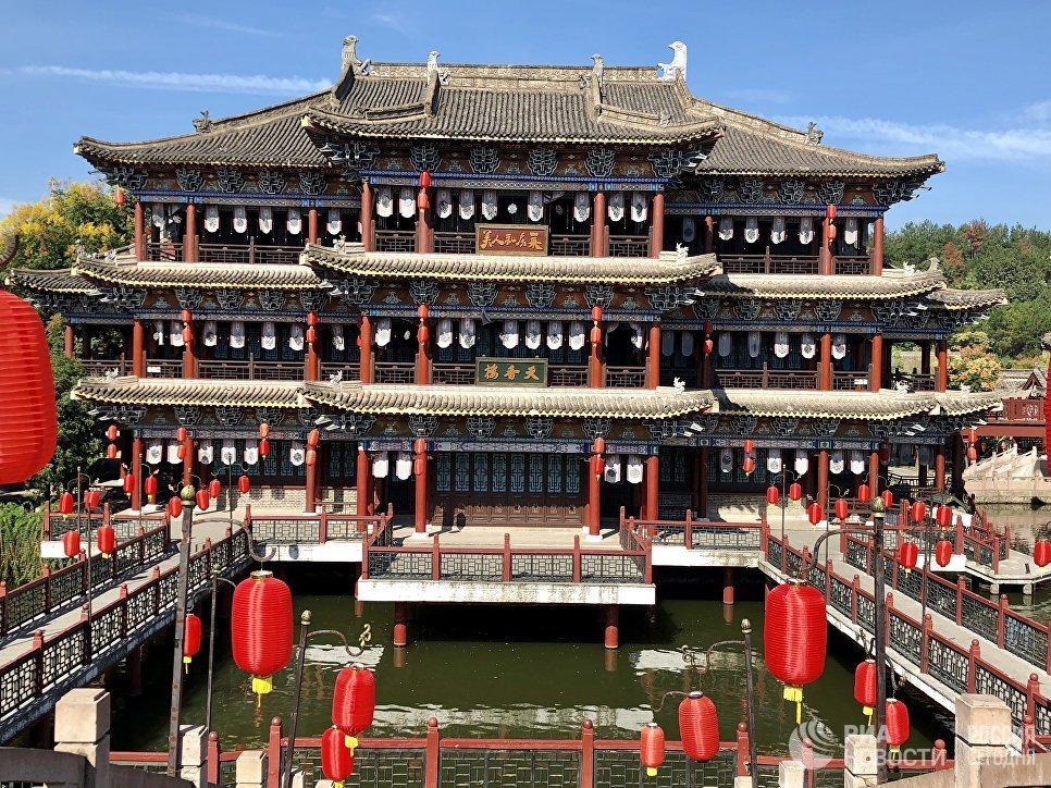 """Одно из зданий в центре киноматографии """"Цинминшанхэту"""", Хэньдян, Чжэцзян, Китай"""