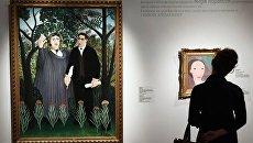 Слева - картина Анри Руссо Муза, вдохновляющая поэта (портрет поэта Гийома Аполлинера и художницы Мари Лорансен)