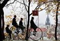 Участники в исторических костюмах на велосипедах во время ежегодной гонки пенни фартинг в Праге, Чешская Республика. 3 ноября 2018 года