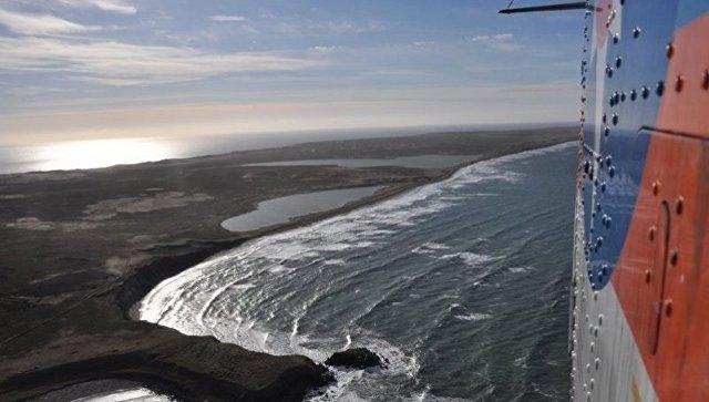 Вертолет Ми-8 МЧС России ведет поиски в районе крушения судна Анатолий Крашенинников