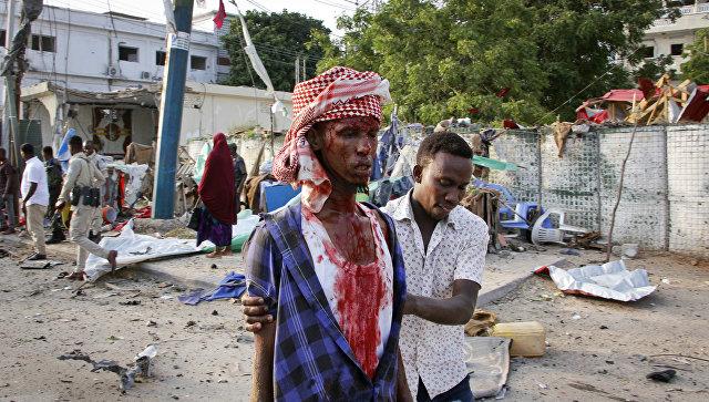 Раненый в результате взрыва бомбы возле гостиницы Сахафи в городе Могадишо, Сомали. 9 ноября 2018