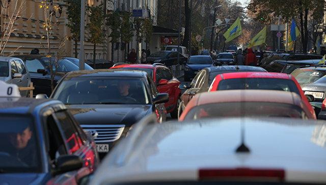 Автомобилисты во время митинга с требованием снижения цен на топливо в Киеве. Архивное фото