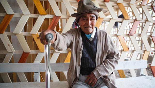 Мужчина возле клиники Health&Help в Гватемале