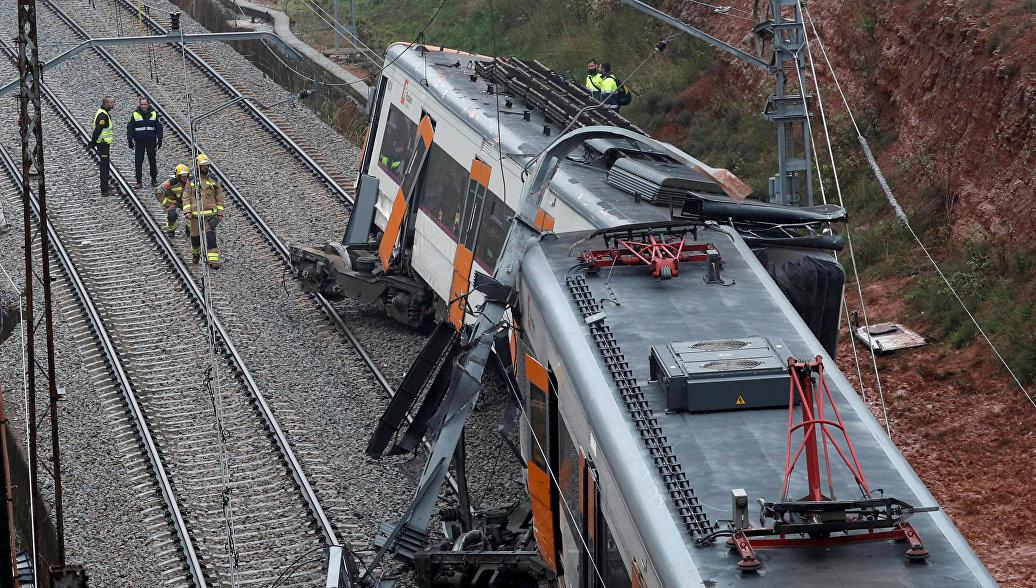 Спасатели на месте схода с рельсов поезда пригородного сообщения между городами Тарраса в Манреса в Испании. 20 ноября 2018