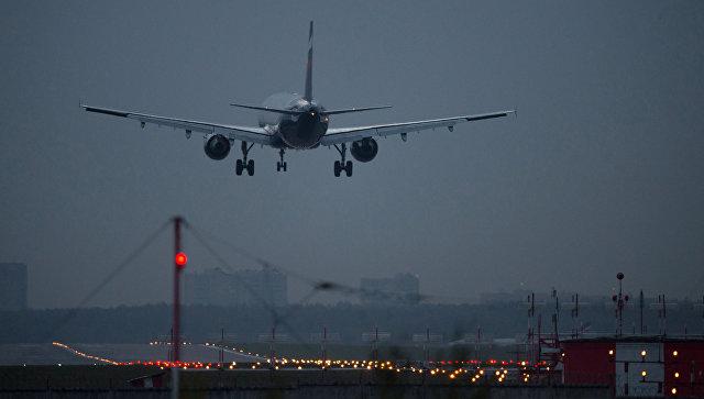 Самолет в международном аэропорту Шереметьево
