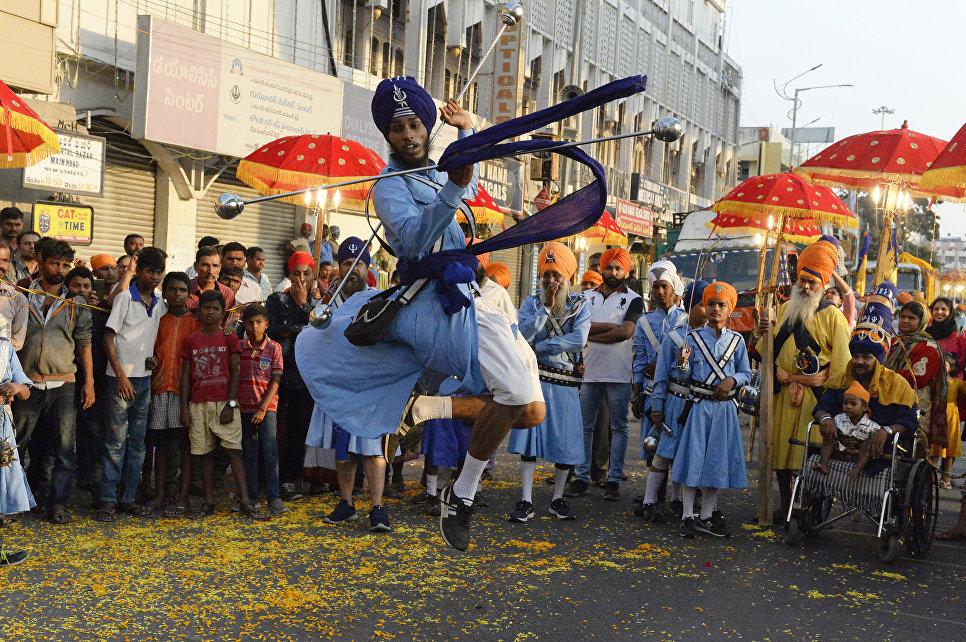 Индийские сикхи демонстрируют навыки боевых искусств во время священного шествия Нагар Киртан в Секундерабаде