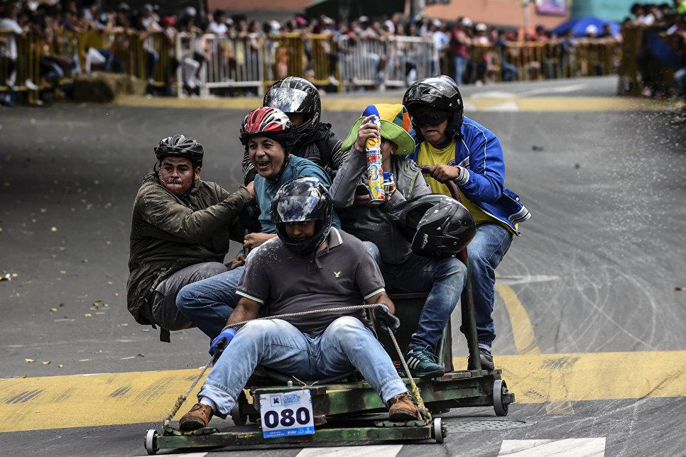 Участники 29-го автомобильного фестиваля в Медельине на самодельном автомобиле в Колумбии. 18 ноября 2018 года