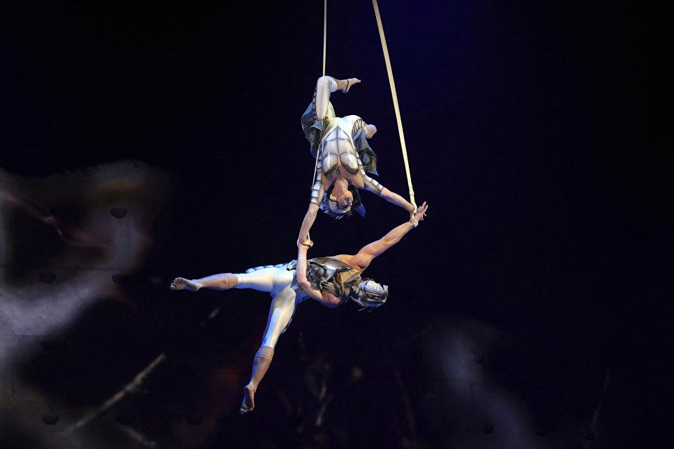 Акробаты цирка Du Soleil во время выступления