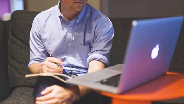 Мужчина с ноутбуком. Архивное фото