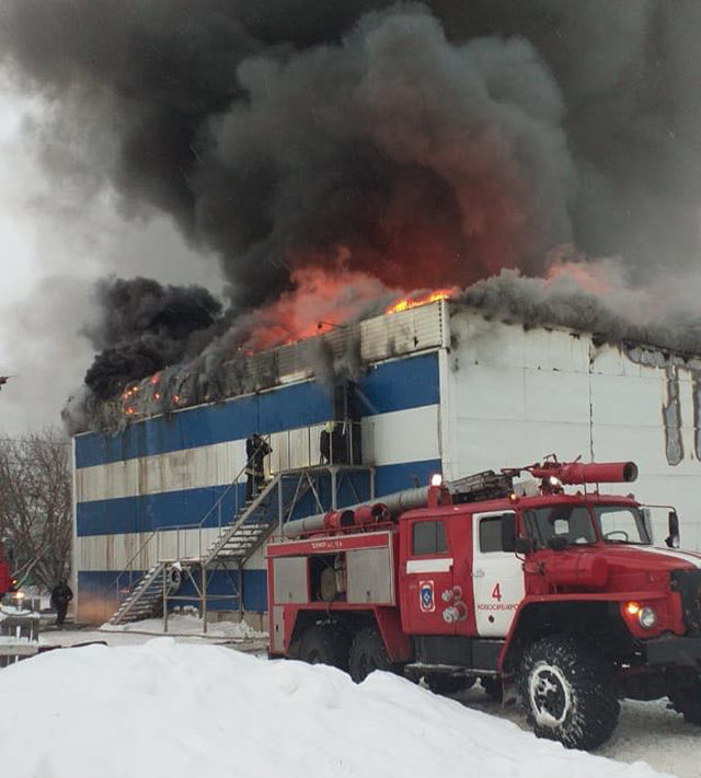 В Новосибирске горит станция техобслуживания, забитая покрышками