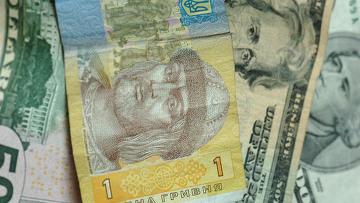 Гривны и доллары, архивное фото
