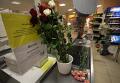 """Цветы у супермаркета """"Остров"""" на Шипиловской улице в Москве"""