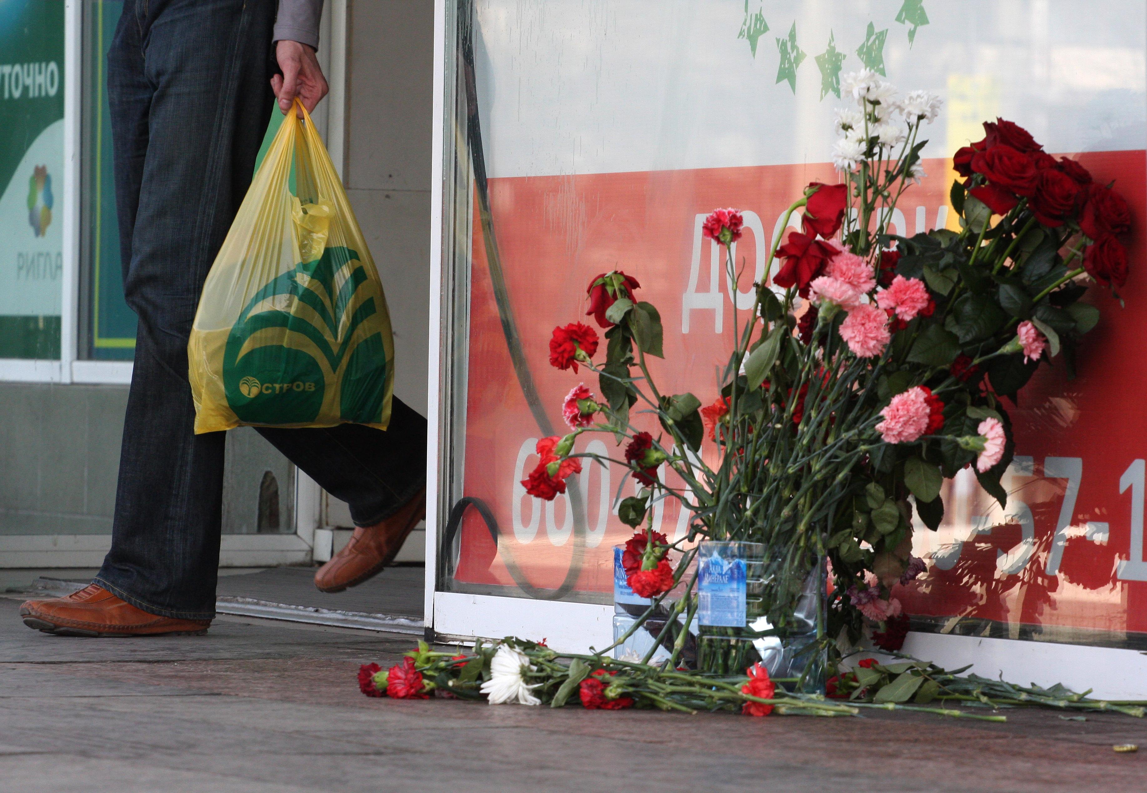 Цветы у супермаркета Остров на Шипиловской улице в Москве где начальник ОВД Царицыно убил троих и ранил шестерых человек