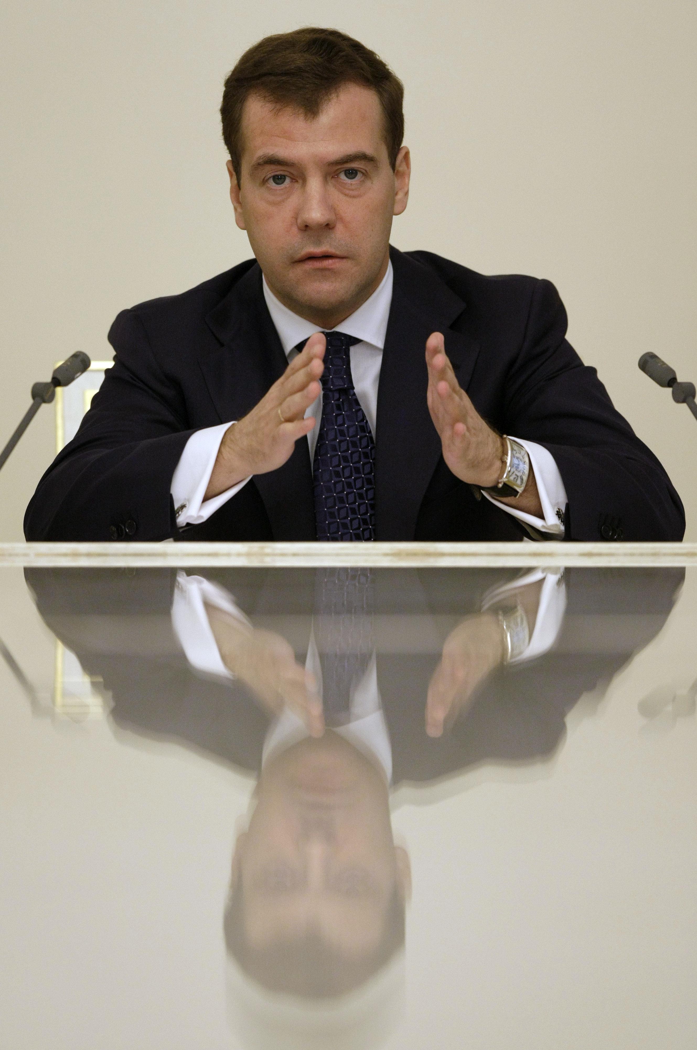 Медведев прогнозирует годовую инфляцию в РФ ниже 13%