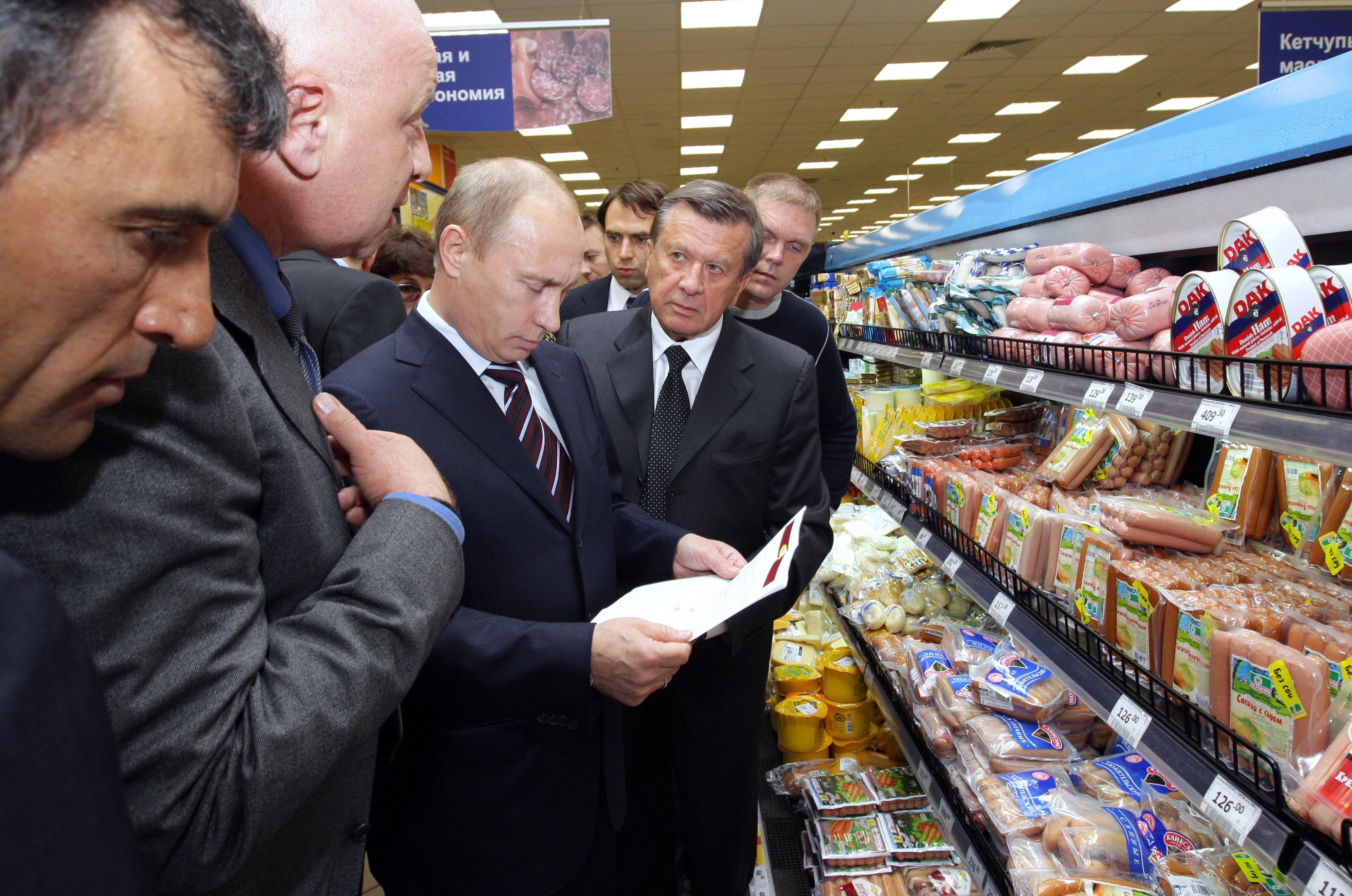 Премьер-министр РФ Владимир Путин в супермаркете Перекресток
