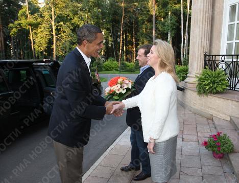 Президент США Барак Обама с супругой Мишель и президент РФ Дмитрий Медведев с супругой Светланой в подмосковной резиденции Горки