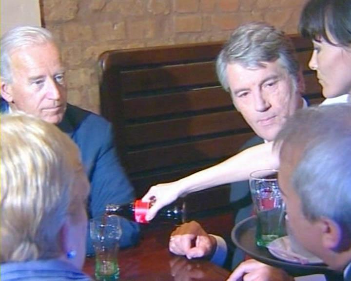 Ющенко и Байден сделали неожиданный заказ в киевском пабе