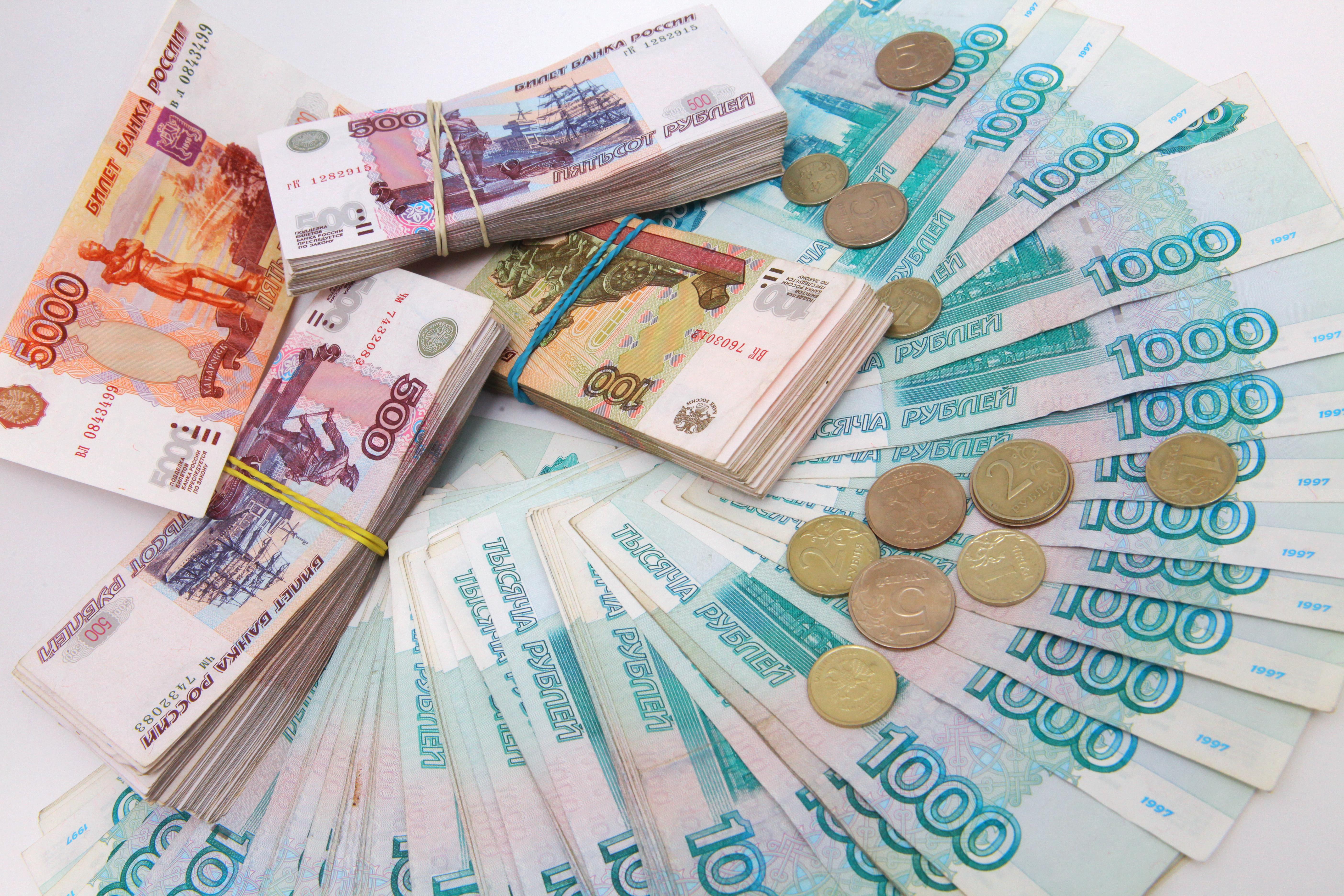 Рубль к середине пятницы замедлил темпы роста к доллару