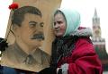 Женщина с портретом Сталина на Красной площади. Архивное фото