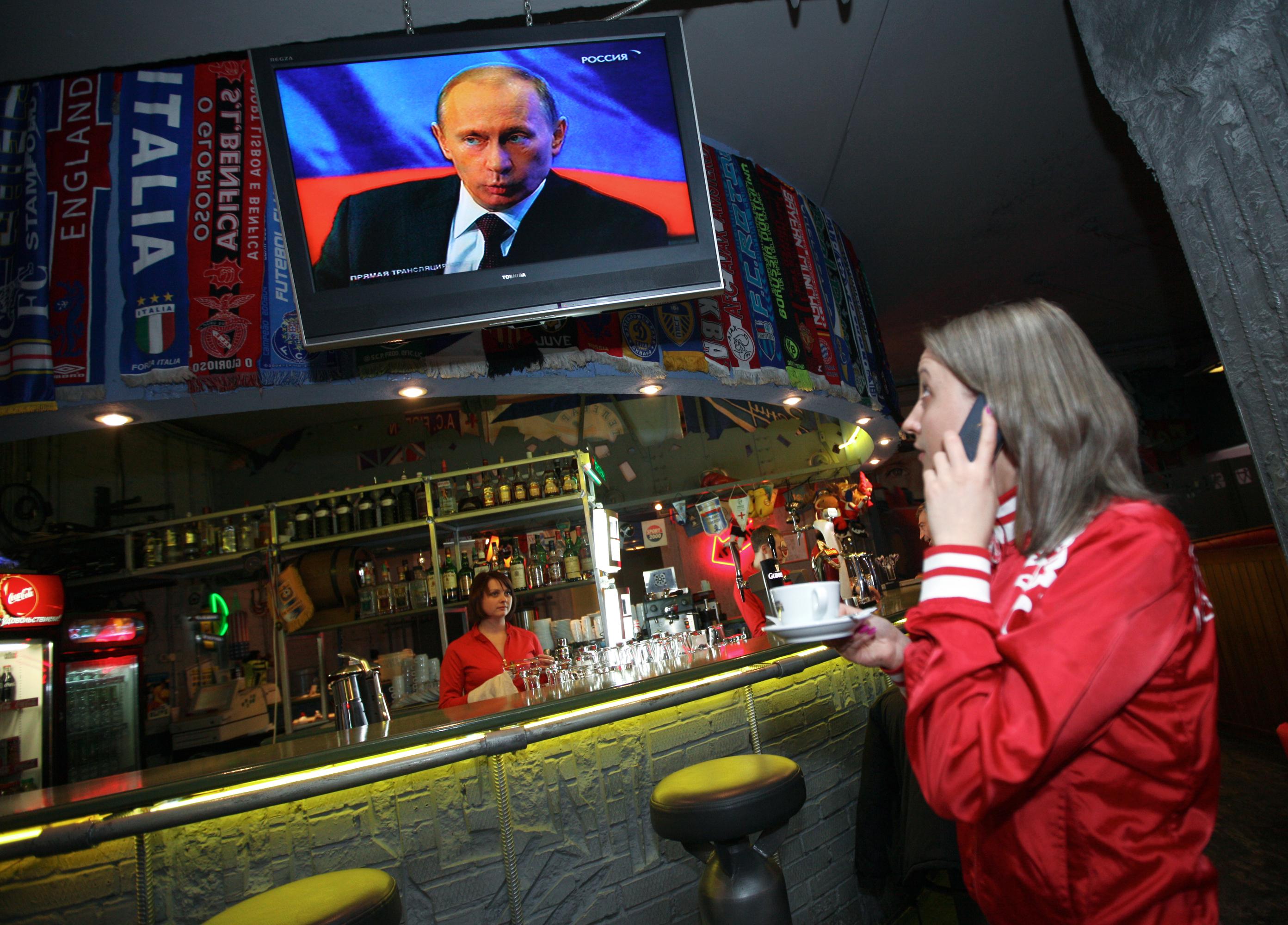 Трансляция прямой линии с премьер-министром РФ Владимиром Путиным. Архив