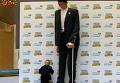 Самый высокий человек в мире едва разглядел самого маленького