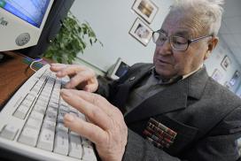 Обучение пожилых людей навыкам работы на компьютерах. Архивное фото
