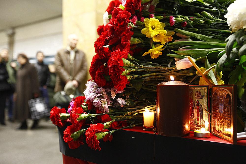 Возложение цветов на станции метро Парк культуры