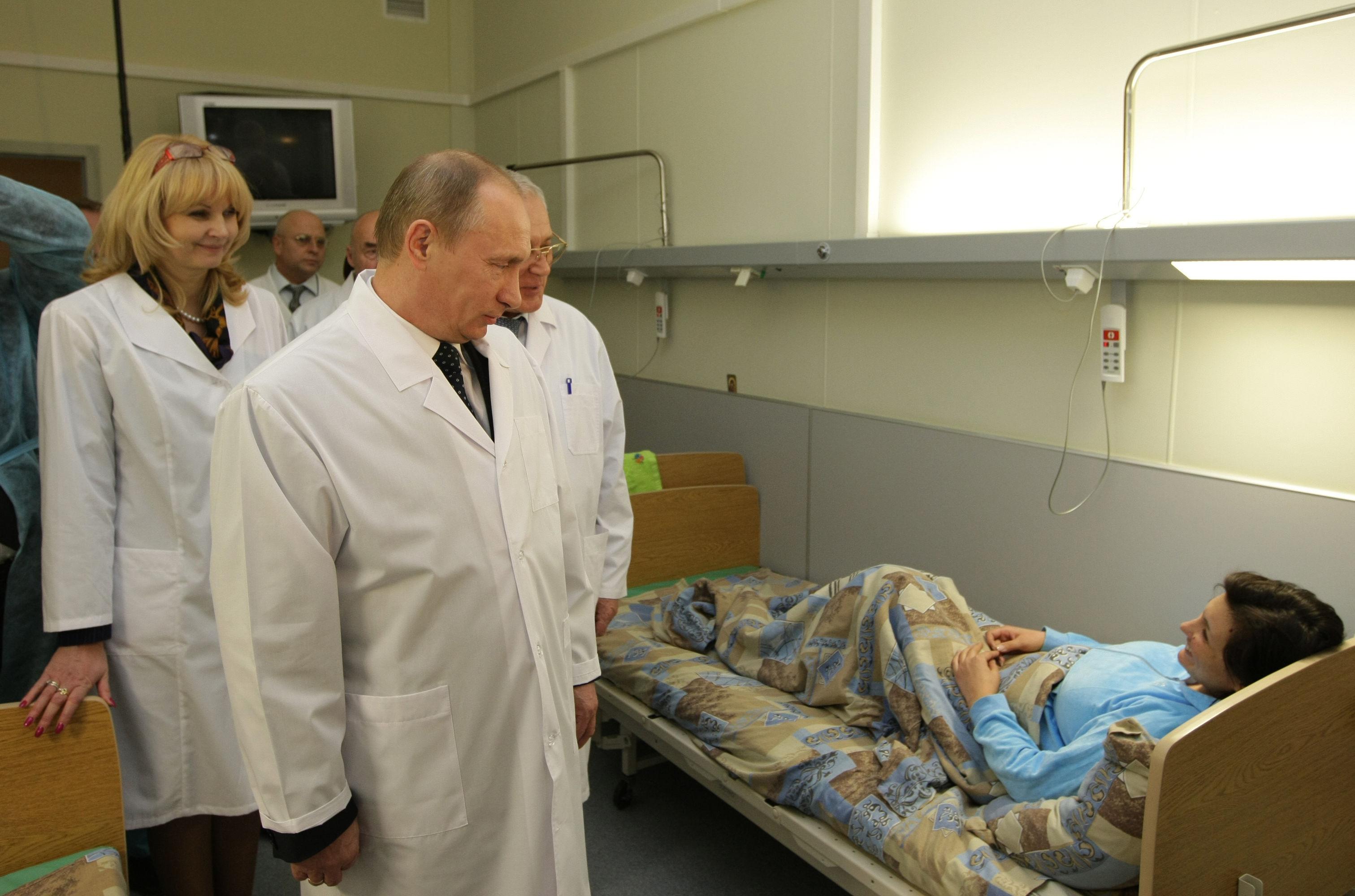 Премьер-министр РФ Владимир Путин посетил в больнице пострадавших от терактов в московском метро. Архив