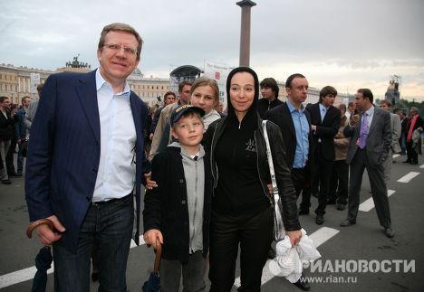 Гости перед концертом на Дворцовой площади в Санкт-Петербурге