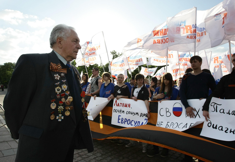 Митинг в поддержку бывшего советского партизана Василия Кононова. Архив