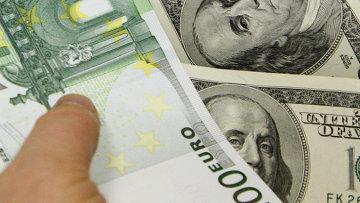 Денежные купюры. Доллары США. Евро. Архивное фото