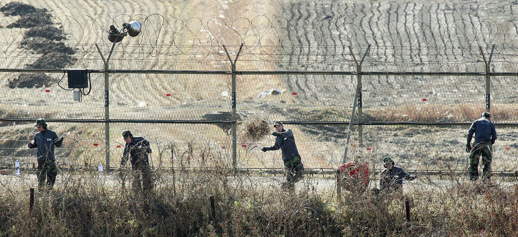 Южнокорейские военные проверяют границу в демилитаризированной зоне между КНДР и Южной Кореей