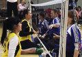 Спортсмены с ограниченными возможностями играют в волейбол сидя