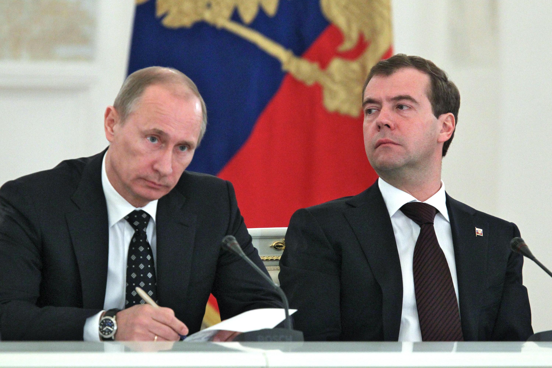 Президент РФ Дмитрий Медведев (слева) и премьер-министр Владимир Путин на заседании Госсовета РФ