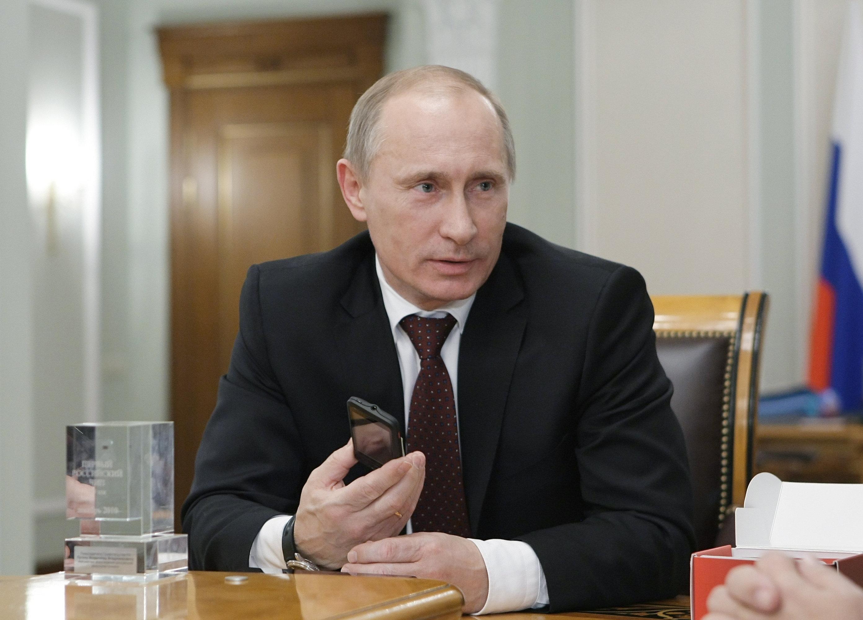 Путину показали первый телефон с чипом GPS-ГЛОНАСС