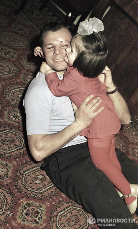 Гагарин с младшей дочерью Галей
