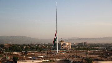 Государственный флаг Таджикистана на территории  Дворца нации – резиденции президента страны. Архивное фото