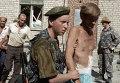 Военнослужащие выводят заложников, захваченных группой боевиков под руководством Шамиля Басаева, из Будённовской городской больницы