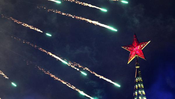 Салют на Красной площади в Москве, архивное фото