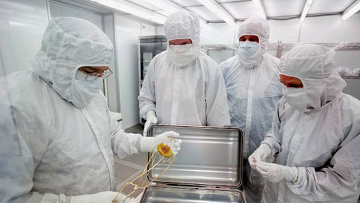 Ученые исследуют образцы солнечного вещества, доставленные на Землю зондом Генезис (Genesis)