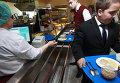 Школьники расплачиваются за обеды электронными картами