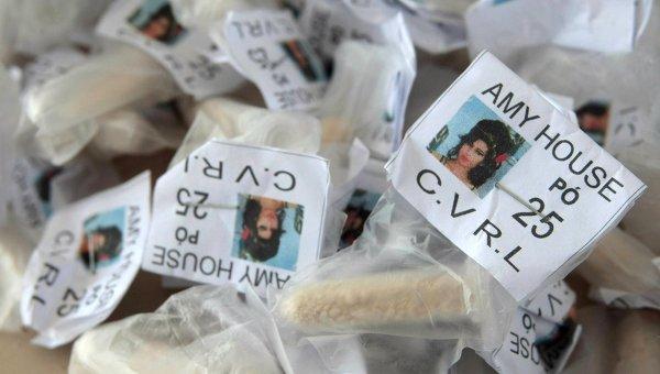 Пакетики с кокаином, изъятые в ходе полицейской операции в Рио-де-Жанейро, с фотографией Эми Уайнхауз