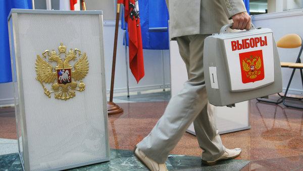 Избирательная урна для бюллетеней в здании ЦИК. Архив