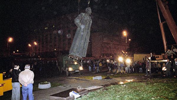 Демонтаж памятника Ф.Э.Дзержинскому в Москве. Архивное фото