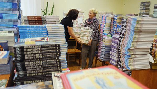 Учителя сортируют новые учебники в рамках подготовки школы к 1 сентября. Архивное фото